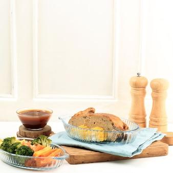 Half gevulde kip voor het vieren van thanksgiving of familiefeest. in indonesië populair als ayam kodok
