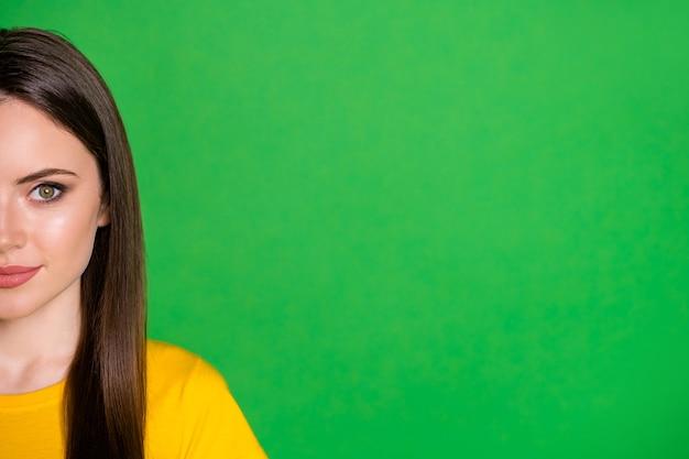 Half gezicht close-up portret van aantrekkelijk charmant meisje aanwezig copyspace
