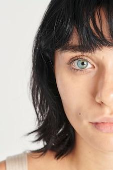 Half gezicht mooie vrouw met blauwe ogen