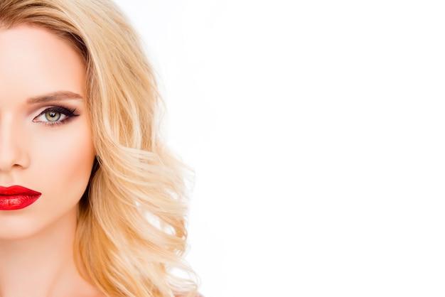 Half gezicht portret van mooie blonde op witte ruimte