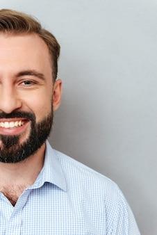 Half gezicht van lachende bebaarde man in zakelijke kleding