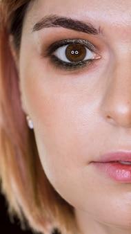 Half gezicht van make-up klant