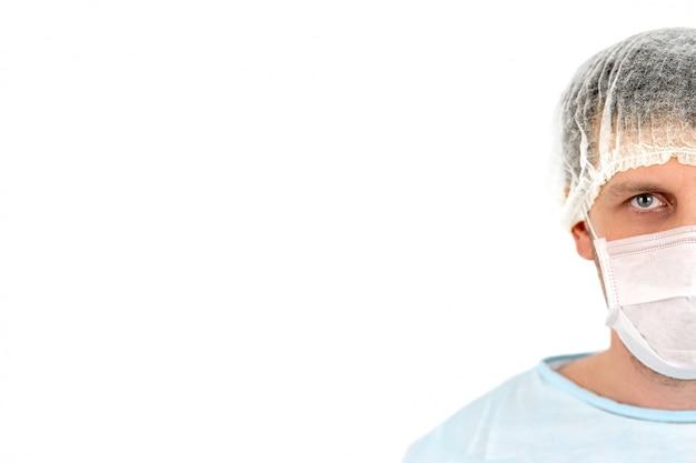 Half gezichtsportret van arts met gezichtsmasker en medisch haar netto over witte muur, exemplaarruimte