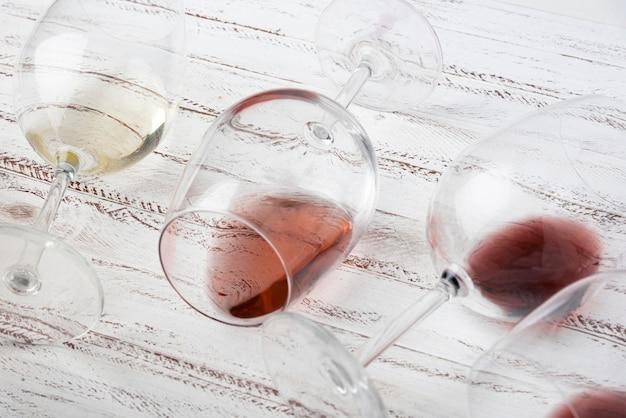 Half lege glazen die op de lijst leggen