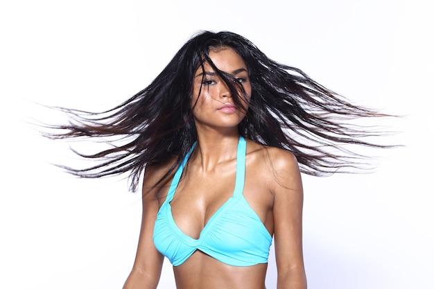 Half lichaam snap figuur van 20s aziatische vrouw dragen blur turquoise bikini met natte kapsel splash, gebruinde huid meisje staan en poses sexy gevoel gelukkig over witte achtergrond geïsoleerd