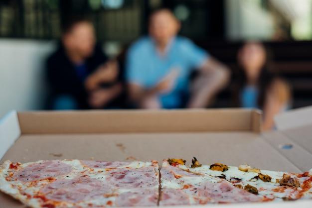 Half opgegeten pizza op onscherpe achtergrond