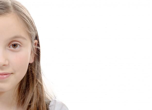 Half portret van preteen meisje geïsoleerd op een witte achtergrond