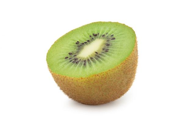 Half rijp die kiwifruit op witte achtergrond met het knippen van weg wordt geïsoleerd