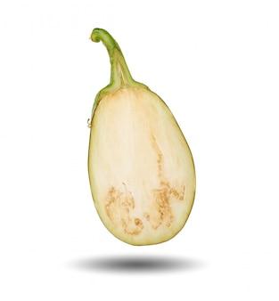 Half rijpe purpere die aubergine op wit wordt geïsoleerd