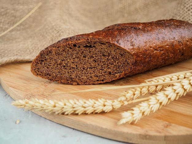 Half roggebrood op een houten bord