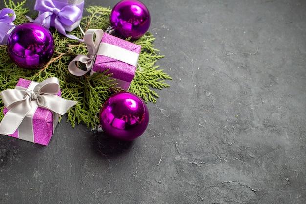Half shot van kleurrijke geschenken en decoratieaccessoires op donkere achtergrond