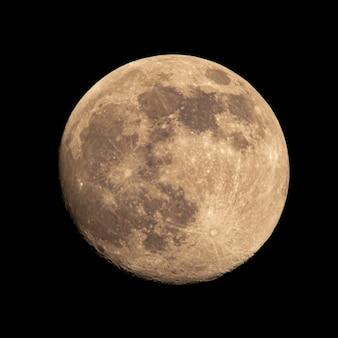Half verlichte maan op een achtergrond van blauwe lucht