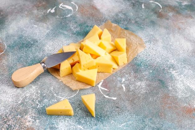 Halfharde tilsiter kaas in plakjes.