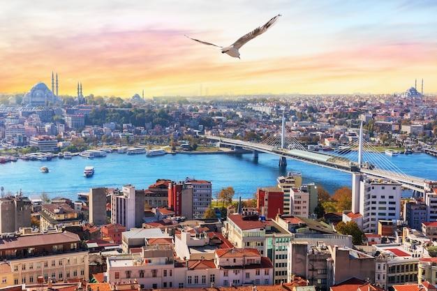 Halic metro bridge en de suleymaniye, uitzicht op het fatih-district van istanbul, turkije.