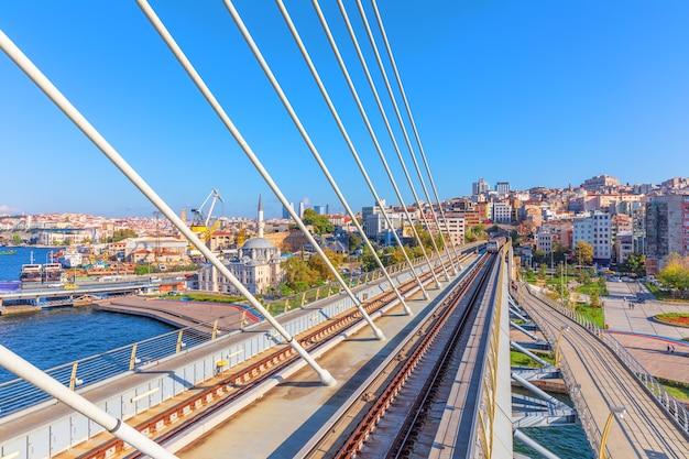 Halic metro-brug en sokollu mehmed pasha-moskee, istanbul.