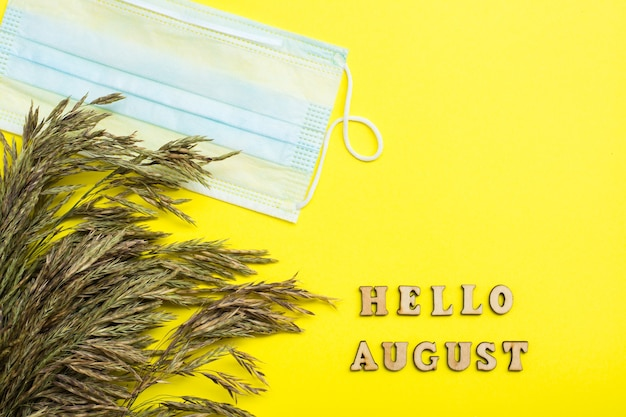 Hallo augustus-tekst met beschermend masker en hooi