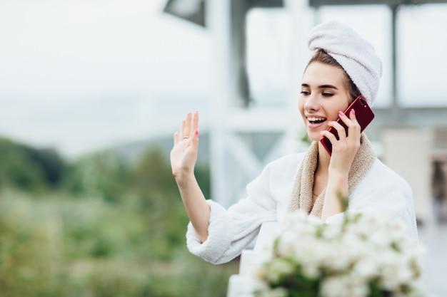 Hallo echtgenoot. jong meisje ontmoet haar man op het zomerterras op een luxe plek.