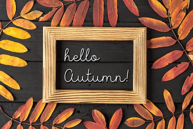 Hallo herfst wit krijt belettering op blackboard.