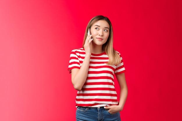 Hallo, ik wil een schattig modern blond aziatisch meisje bestellen, pratende telefoon houden smartphone ingedrukt oor kijken droom...