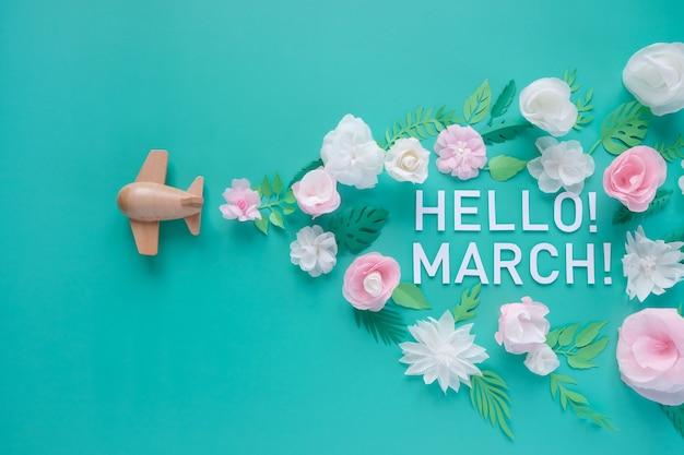 Hallo lente. houten speelgoed vliegtuig geluk wit en roze bloem gesneden uit papier. het concept van de lente en reizen