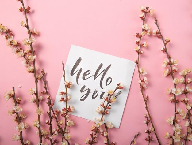 Hallo mijn liefde handgeschreven inscriptie. hand getekende letters, kalligrafie. kaart met lente boom brunch achtergrond, valentijn