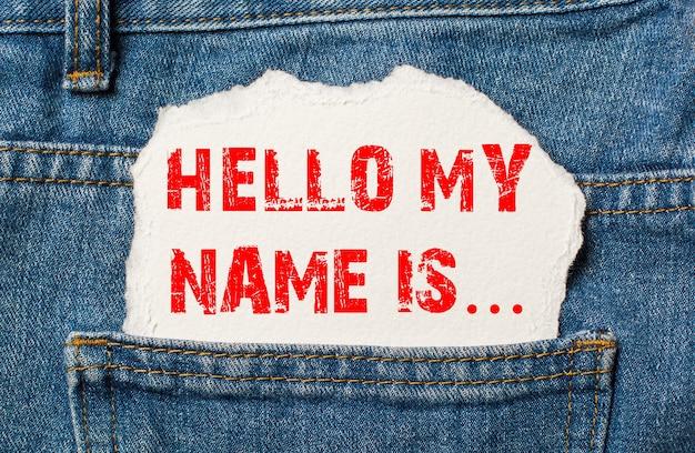 Hallo, mijn naam staat op wit papier in de zak van een blauwe spijkerbroek