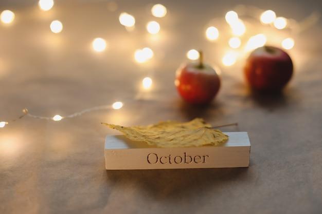 Hallo oktober. herfst gezellig stilleven en decor bovenaanzicht
