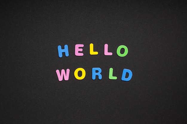 Hallo wereld die op zwarte document achtergrond schrijft