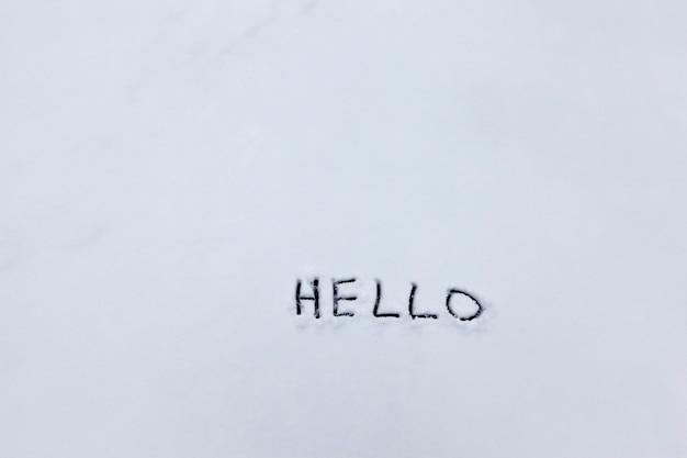 Hallo woorden getekend in de sneeuw