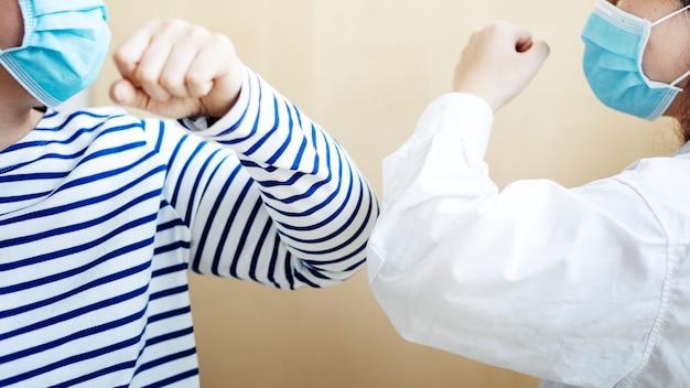 Hallo zeggen tegen vrienden zonder handen aan te raken tijdens een pandemie van het coronavirus