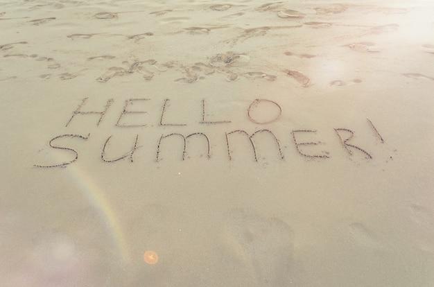 Hallo zomer geschreven op het strand