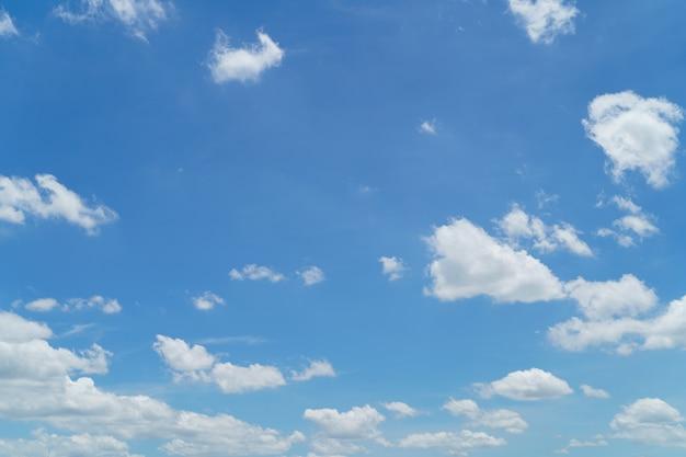 Hallo zomer hemel is helder blauw. er drijven wolken doorheen. voel je ontspannen bij het kijken. zie de zon op de zon.