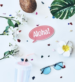 Hallo zomer! hoge hoek opname van brillen, kokosnoot en bloem liggend tegen een witte achtergrond