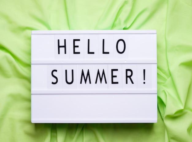 Hallo zomer lightbox inscriptie. groene ruimte