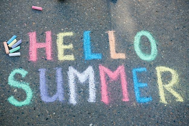 Hallo zomerconcept. stoepkrijtspellen voor kinderen