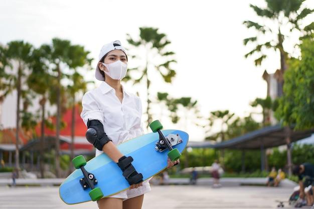 Hallo zomersurfers, aziatische mensen die plezier hebben met surfplanken of surfen op de achtergrond van de straten van de stad op een zomerdag. gratis ontspannen levensstijl en millennial trendconcept