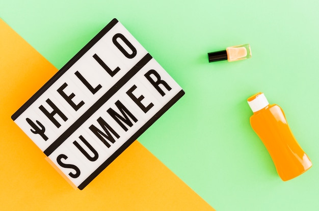 Hallo zomertekst in frame en zomerspullen