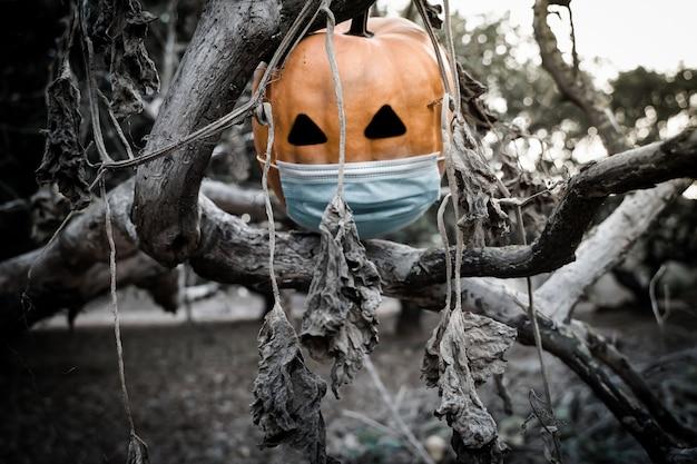 Halloween 2020-pompoen met een masker vanwege de covid 19