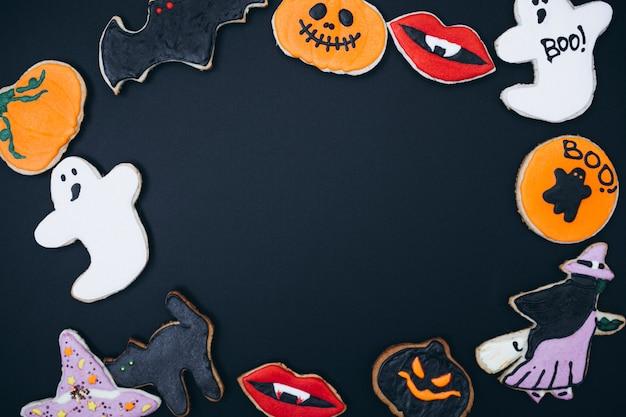 Halloween-achtergrond met eigengemaakte gemberkoekjes wordt verfraaid die