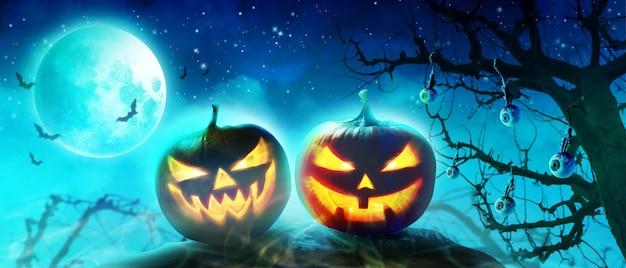 Halloween-achtergrond met kerkhof in een griezelige nacht.