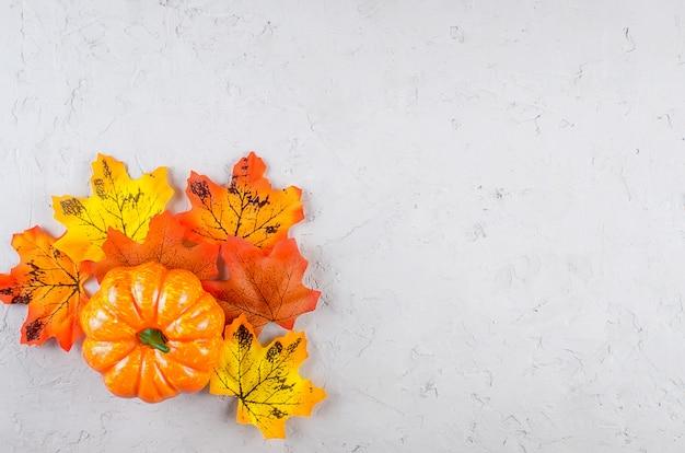Halloween-achtergrond met koekjes, pompoen, bladeren