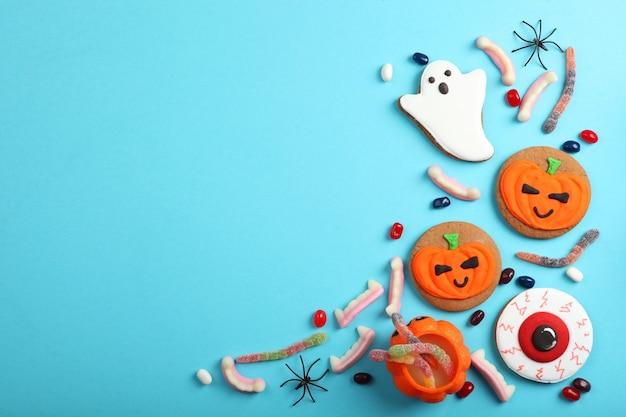 Halloween-achtergrond met peperkoek en andere zoetigheden met plaats voor tekst