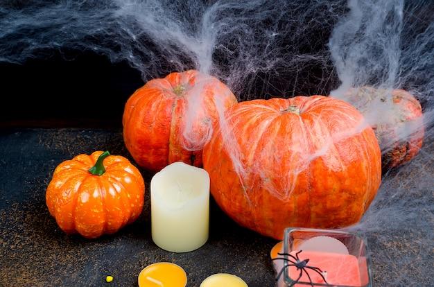 Halloween-achtergrond met peperkoek, pompoenen en kaarsen