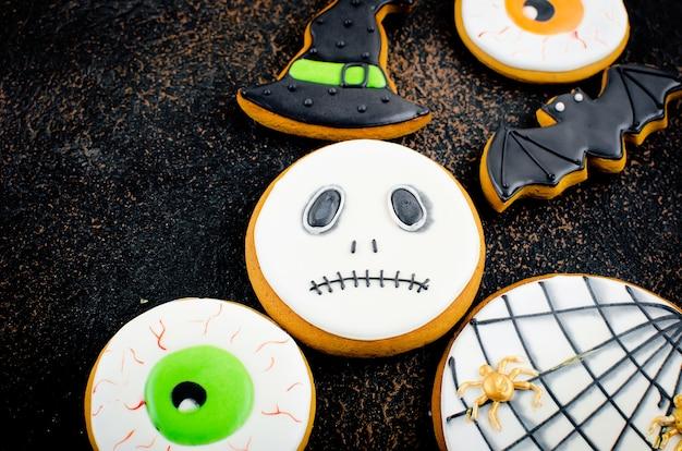 Halloween-achtergrond met peperkoekkoekjes, pompoen, suikergoed