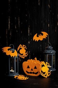 Halloween-achtergrond met spin, knuppels, pompoenen en lantaarn. halloween-vakantieachtergrond.