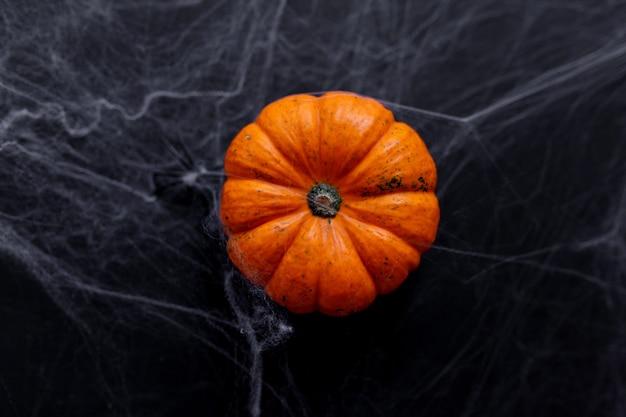 Halloween achtergrond met spinnenweb op de zwarte achtergrond. gelukkig halloween-concept.