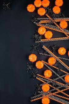 Halloween-achtergrond met veel pompoen, snoepogen en spinnen