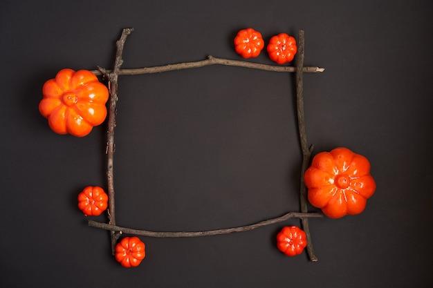 Halloween-achtergrond, oranje decoratief plastic pompoen zwart document