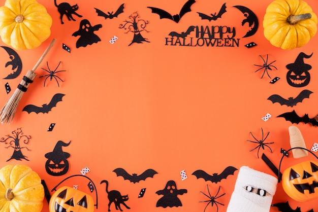 Halloween-ambachten op oranje achtergrond met exemplaarruimte.