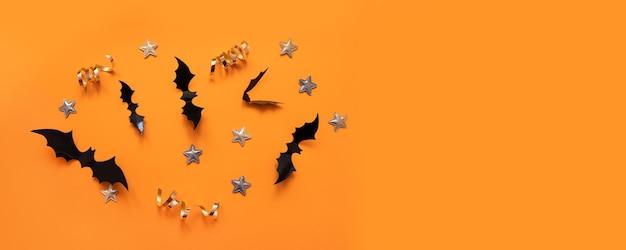 Halloween banner met zwart maar op een oranje achtergrond, bovenaanzicht. poster, voucher, aanbieding, coupon, vakantieverkoop.